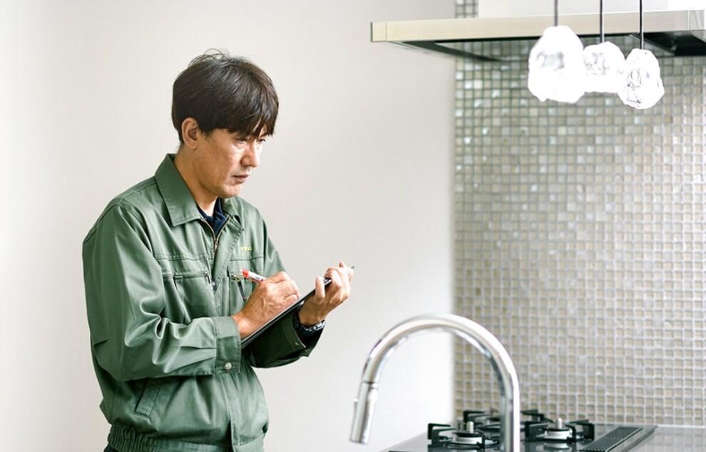 車で移動中のスタッフの写真