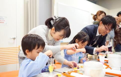 食品サンプルを作っている子供の写真