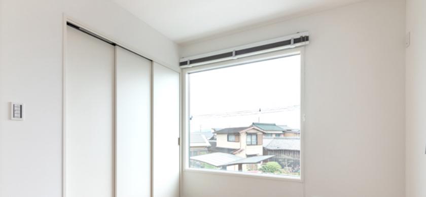 複合樹脂サッシがついた家の室内写真