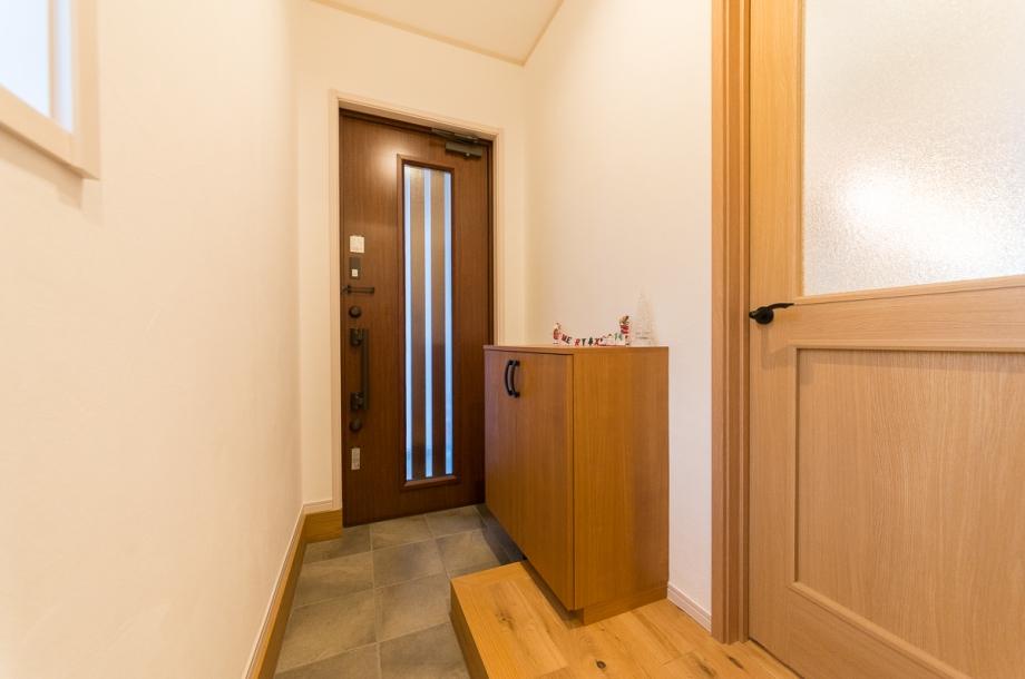 奥に土間収納を作り、シンプルでスッキリとした玄関に。