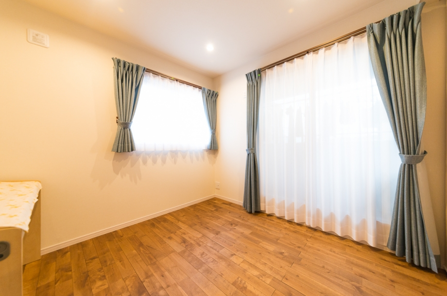 2階の居室も無垢の床材を使用。