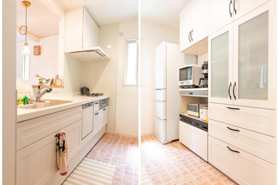 淡い木目調のデザインで合わせたキッチンとキッチン収納。この部分だけは床が防水性の高いものになっており、お手入れが快適にできるようになっています。