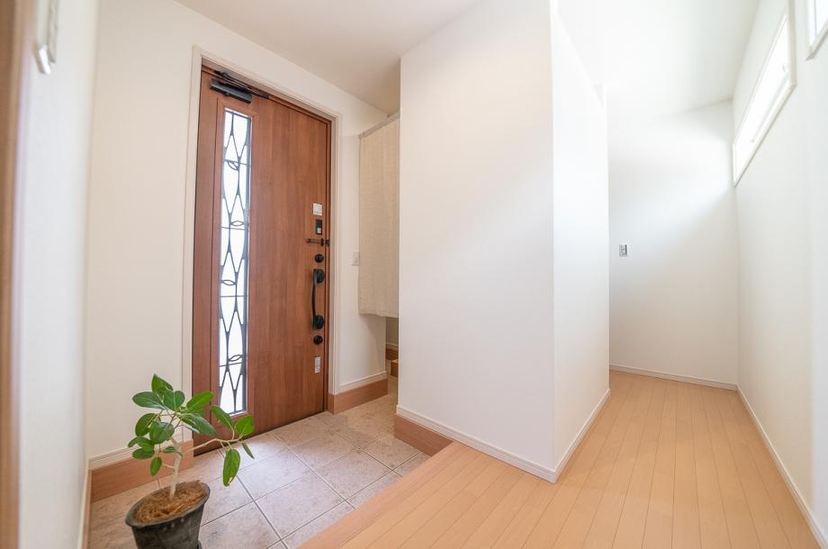 あえて収納を一切置かないスッキリとした玄関。写真の奥にある土間収納から出入りすることでいつでも玄関を綺麗にしておくことが可能です。