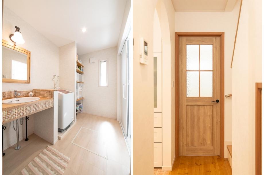 左:造作で作られたオリジナルの洗面化粧台。奥に収納を作ることで使い勝手もカバーしています。右:扉のひとつひとつにまでこだわり、家全体でカフェスタイルの空間を作り出しています。
