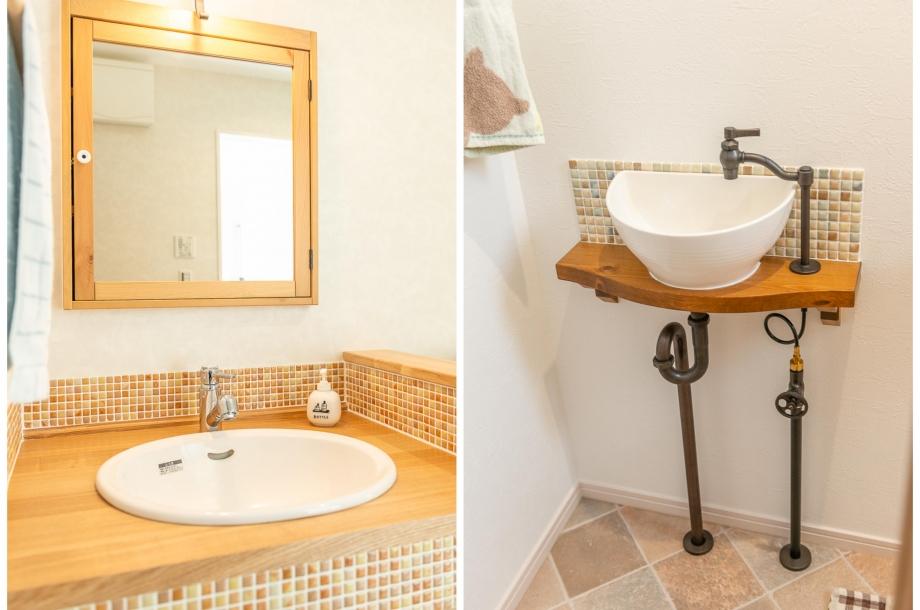 左:オリジナルの洗面化粧台は蛇口やボール、タイルの柄など細かな部分まで全てがお施主様の選んだもの。右:トイレの手洗いもオリジナル仕様。配管の部分にまでこだわりが感じられます。