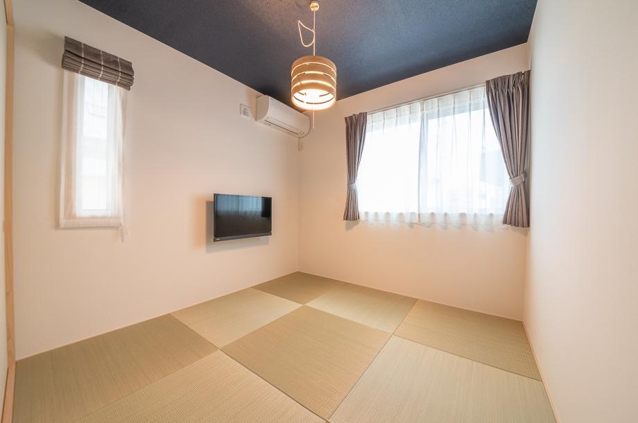 モダンな雰囲気の和室。半畳の畳やネイビーの天井など他の部屋との相性も考えたデザインが、家全体の統一感を演出しています。