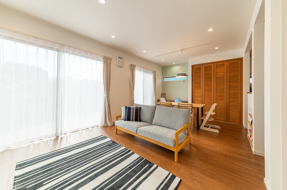 床材や収納の扉など無垢材の質感が暖かなLDK。