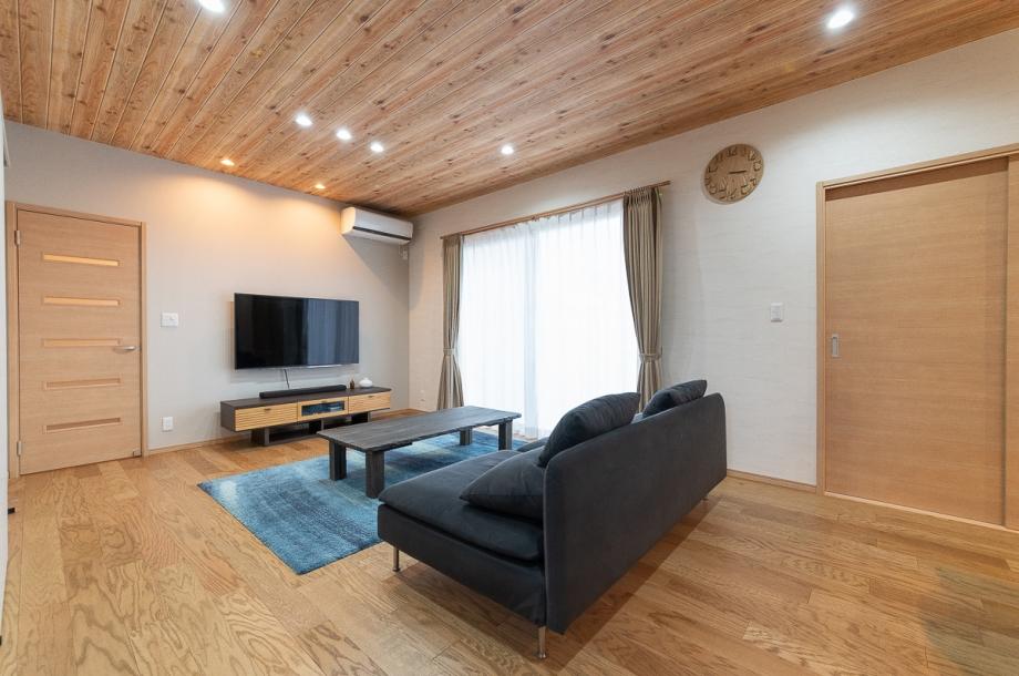 天井や床をはじめ、扉や時計まですべてを似たテイストの木目で揃えることでログハウスのような雰囲気を演出。