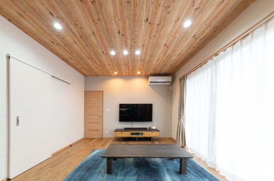 天井の材質は実は木目調の壁紙。最近の壁紙はリアルなので写真だけでなく実際に見ても本物の木のように見えます。