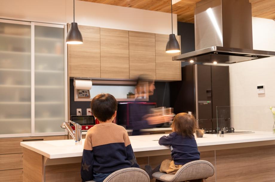 朝の忙しい時間もキッチンのカウンターでそのまま朝食をとれるから時短に。将来的には夕方に料理をしながら宿題を見る計画も。