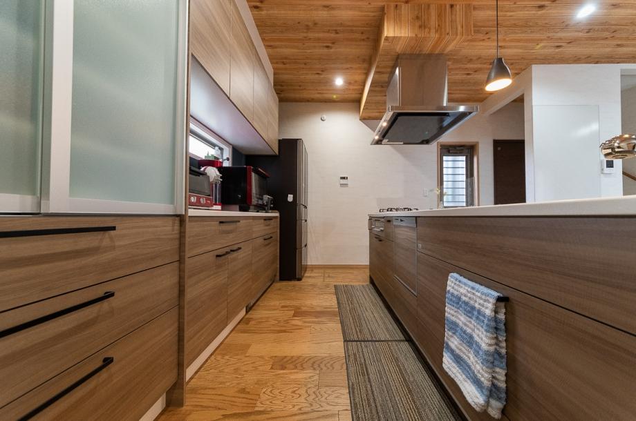 キッチンにまで木目調のデザインを採用し、LDK全体で温かみのある雰囲気を演出。