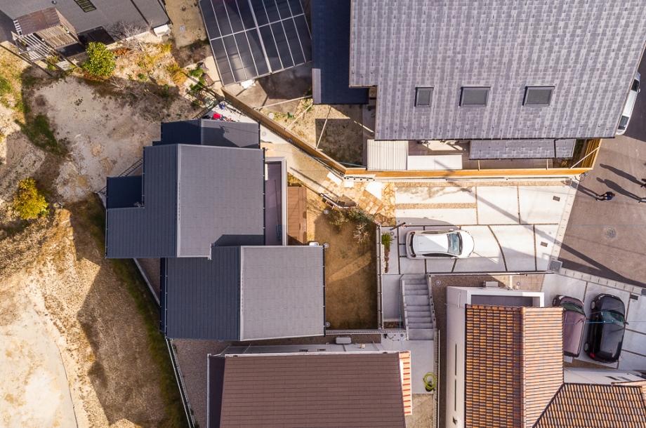 メインの敷地が道路から奥に位置している延長敷地の土地。2台分の駐車場と庭がしっかり確保できています。
