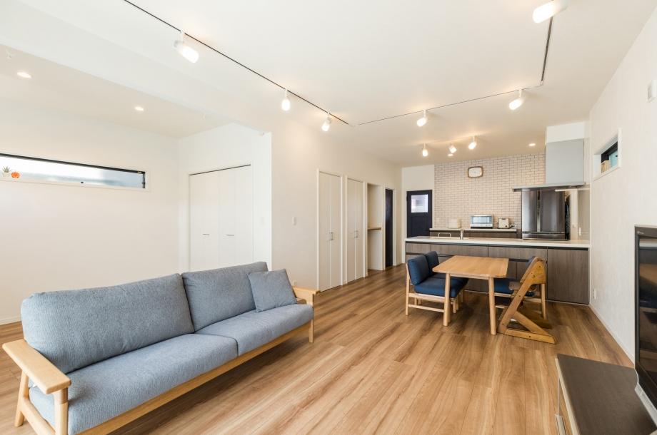 リビングは後ろにも広がっており、今後のライフスタイルに合わせて家具や収納を増やしたり、より広々とリビングを使うことも可能です。