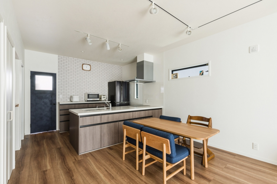 キッチンの吊戸棚を無くすことでオープンで一体感のあるダイニングキッチンになりました。