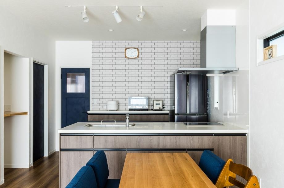 キッチンの背面は実は本物のタイルではなくて壁紙です。それでも立体感があるので部屋全体が引き締まって見えます。