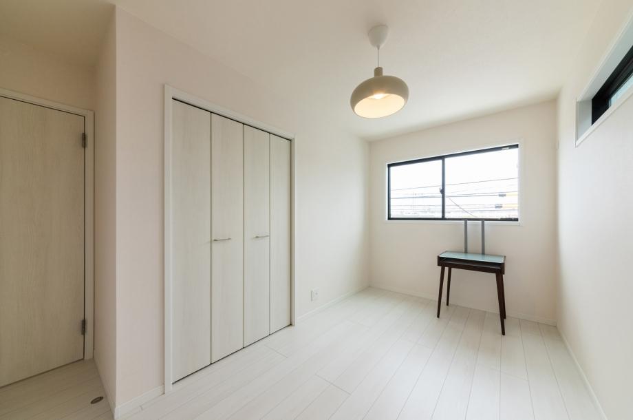 子ども部屋は白をベースにして爽やかな印象に。自然と掃除をするようになりそうですね。