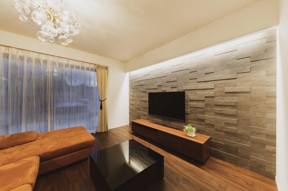 テレビ台の上の壁には間接照明があり、夜になると昼とはまた違った雰囲気を楽しめます。