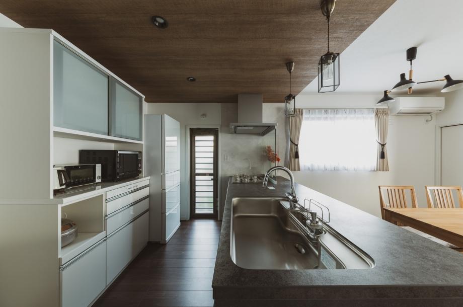 キッチンの背面も収納になっているのでオープンキッチンでも、いつでもスッキリした状態を保てているみたいです。