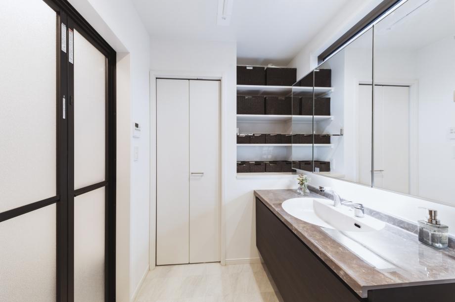 洗面室も収納量が多く、目に見える部分は常にスッキリしています。