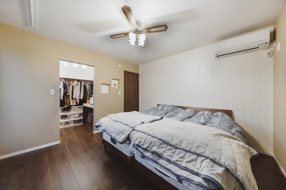シックな雰囲気の寝室。ウォークインクローゼットもあり収納量も豊富です。