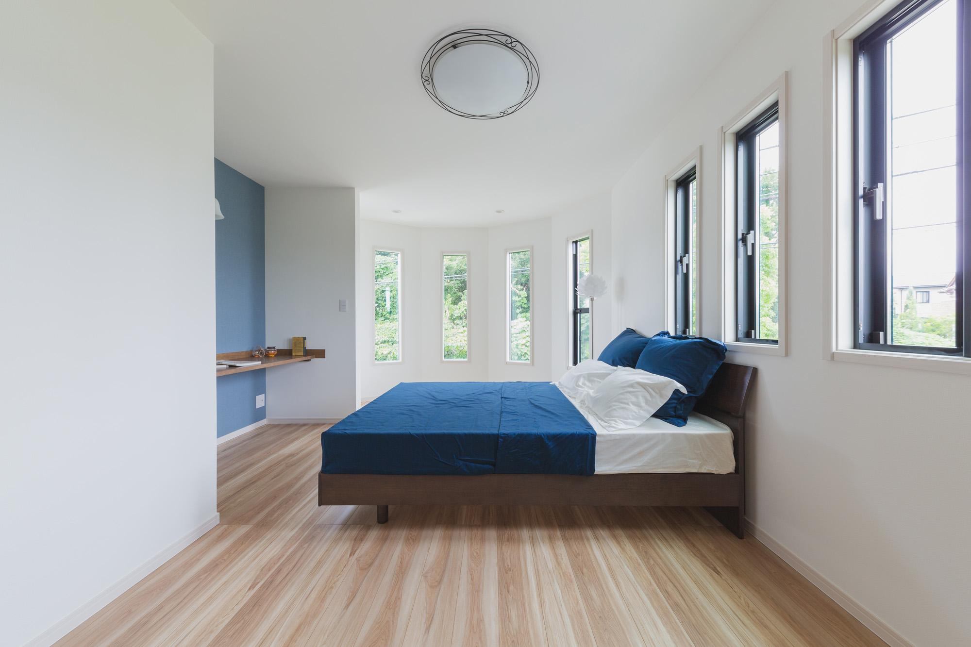寝室の壁面もアーチ状になっており、緑に囲まれた爽やかな朝を過ごすことができます。