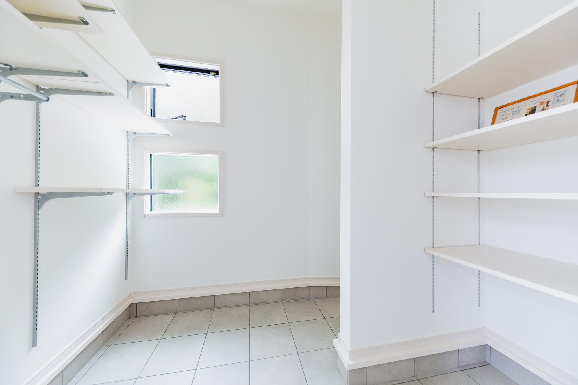 玄関横には広々とした土間収納を設備。ベビーカーやアウトドア用品など可動棚をレイアウトすることで幅広く利用可能です。