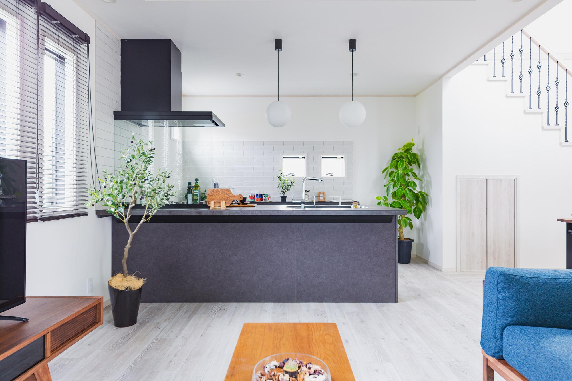 キッチンが部屋の主役になるように床材や壁紙はあえて白で統一。コントラストをはっきりとさせることでキッチンの存在感をより高めています。