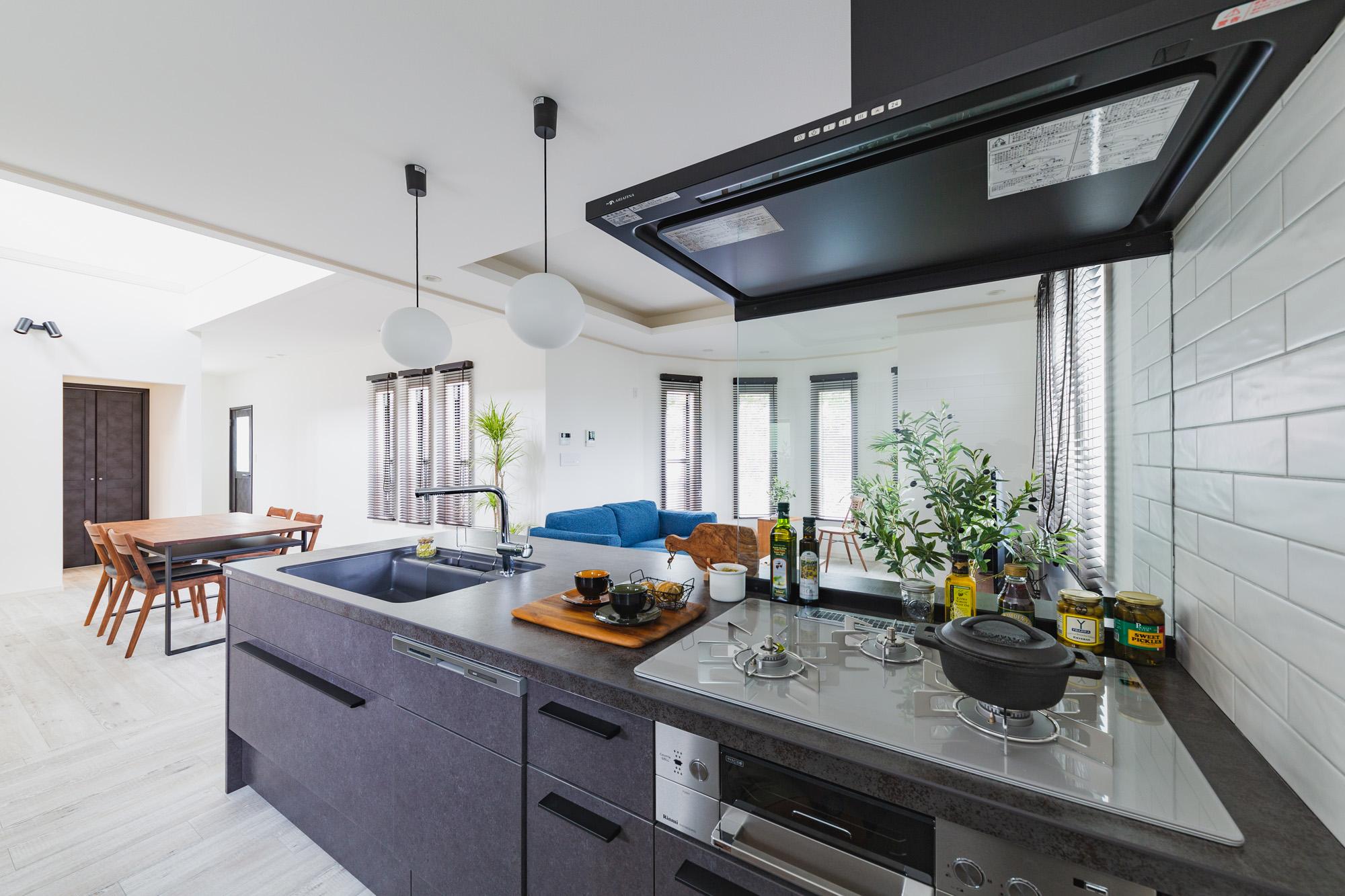 L字に配置されたLDKはキッチンを中心にリビングダイニングを近い距離感につなげます。
